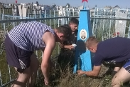 Молодежь ухаживает за памятниками ветеранов войны_3