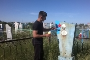 Молодежь ухаживает за памятниками ветеранов войны_4